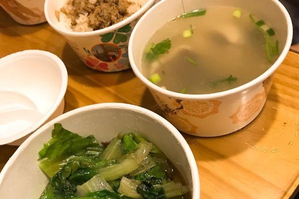 「錦記」の魯肉飯と白身魚のスープと青菜炒め