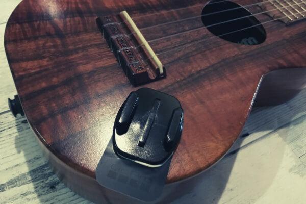ウクレレの演奏に邪魔にならない場所に楽器マウントを貼る
