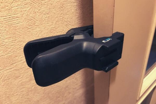 ジョーズのクランプをドアに固定