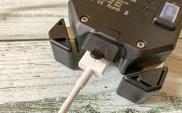 USB電源スイッチにUSBケーブルを差し込む